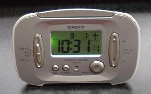 CASIO wave ceptor 電波目覚し時計 DQD-70J-8JF (福島・九州両局対応) カレンダー表示を買いました。値段は980円です。バックライトを点けてます。安いかも。